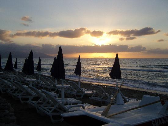 Acacia Resort Parco dei Leoni : Spiaggia dopo il tramonto