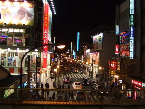 Shin Okubo Korean Town: JRのプラットホームから。