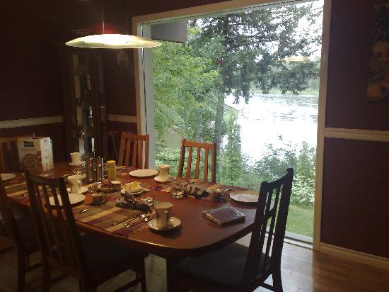 Water's Edge Bed & Breakfast: Dinning table and river