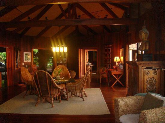Holualoa Inn: living room sitting area