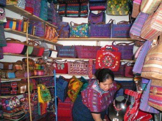อันตีกวา, กัวเตมาลา: hand woven bags at Mercado de Artesanias