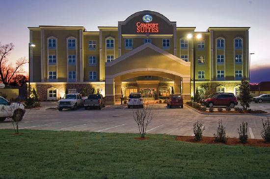 Comfort Suites: HOTEL EXTERIOR NIGHT