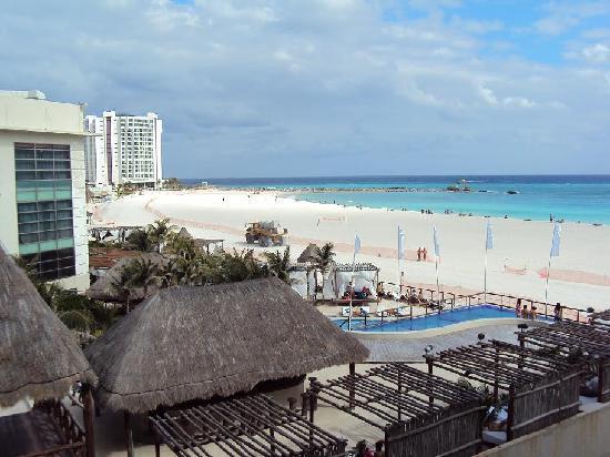 Suites Gaby Hotel: El club de playa visto desde el Forum (zona hotelera)
