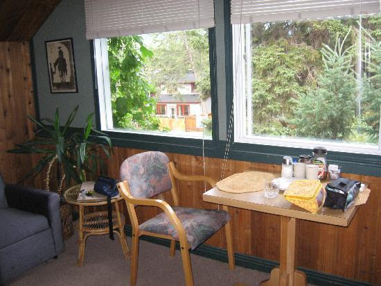 Heidi's B&B: Breakfast nook at the window