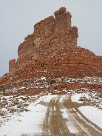 Valley of the Gods Bed and Breakfast: The Valley of the Gods drive, a mini Monument Valley without tourists!