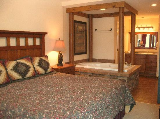 Holiday Inn Club Vacations Gatlinburg-Smoky Mountain: Master bedroom suite of the 2-Bedroom unit