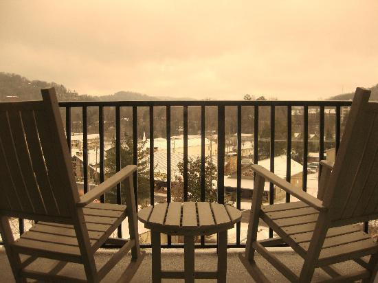 Holiday Inn Club Vacations Gatlinburg-Smoky Mountain: Balcony complete with 2 rocking chairs!
