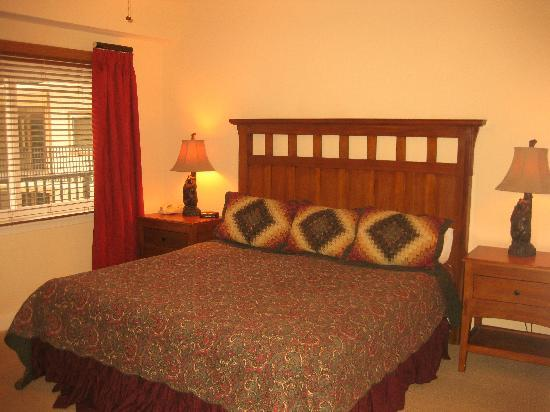 Holiday Inn Club Vacations Smoky Mountain Resort: Master bedroom of 1-Bedroom unit
