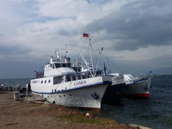 Listvyanka, Rusia: Boats on Lake Baikal