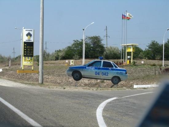 Novorossiysk, Rusia: Pattuglie finte sulle strade della Russia, da lontano sembrano vere e tiri certe inkiodate...