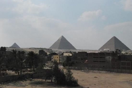 Cheops-Pyramide: Les 3 pyramides de Gizeh vues de la terrasse du resto Cleopatra