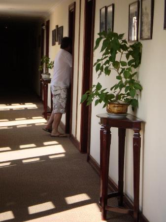 Hotel Saigon Morin: beautiful airy hall way to rooms