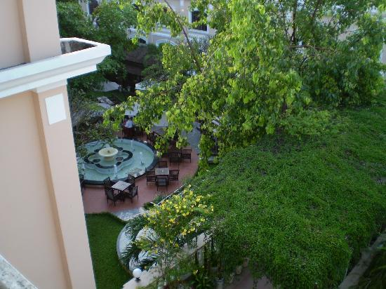 Hotel Saigon Morin: View from glass sided lift to outdoor breakfast in gardens