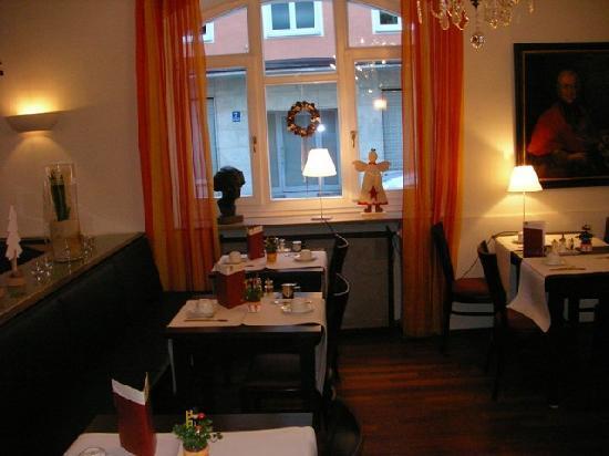 Alpen Hotel München: breakfast room