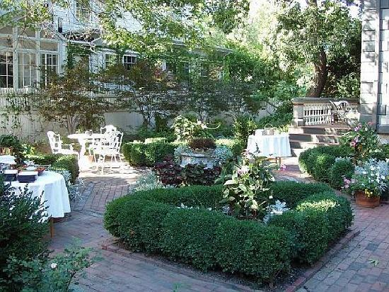 Taylor House Bed and Breakfast: Rear Courtyard