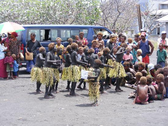 Rabaul, Papoea Nieuw Guinea: Local children dancing