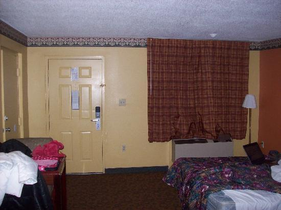 Americas Best Value Inn & Suites: Entry Door in Rm 124