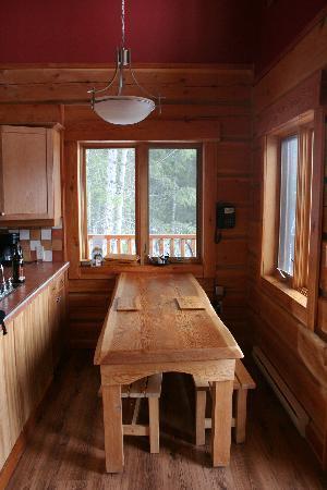 Mount 7 Lodges : kitchen table