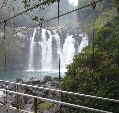 Miyakonojo, Japonia: 吊り橋から美しい滝が目の前に