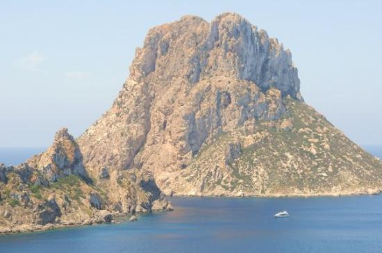 Santa Eulalia del Río, Espagne : On the road to Cala D'Hort. See the huge yacht dwarfed by the mountain.