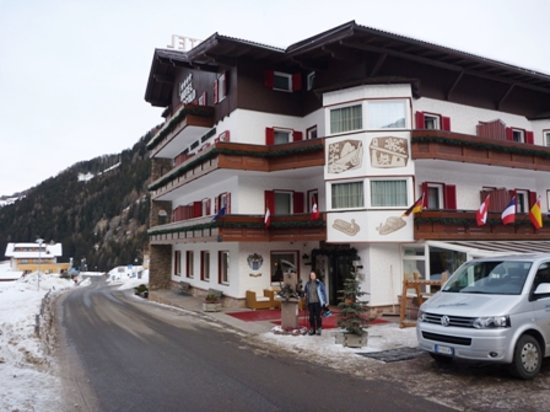 Piccolo Hotel : The front of the hotel in winter