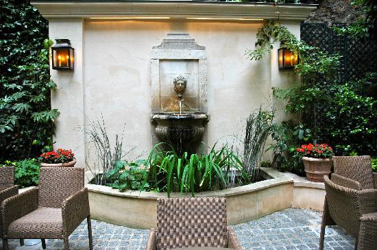 Hotel de l'Abbaye Saint-Germain: Fountain in garden area