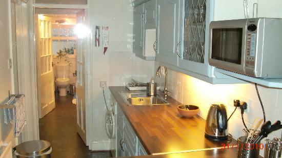 Bath Star Apartments: Kitchen