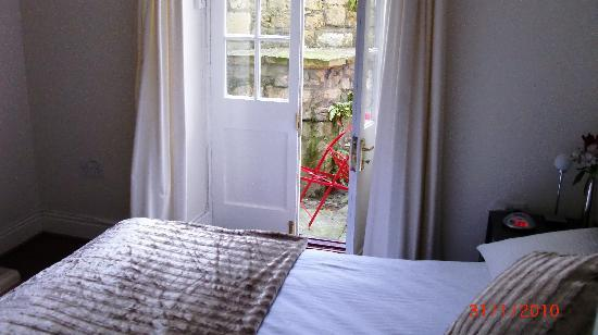 Bath Star Apartments: Bedroom with french doors leading out to small terrace