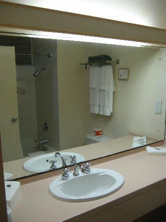 Hotel PomMarine: Well lit bathroom.