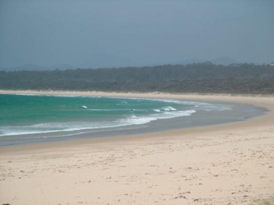เมริมบูลา, ออสเตรเลีย: Its a struggle to get up in the morning and walk down the beach in Merimbula