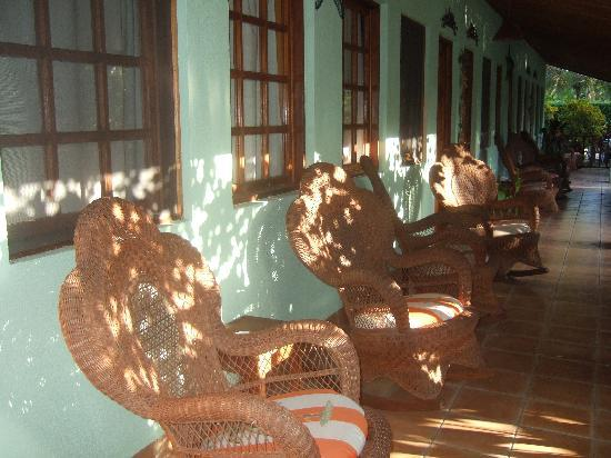 Playa Grande, Kosta Rika: The great rocking chairs outside every room