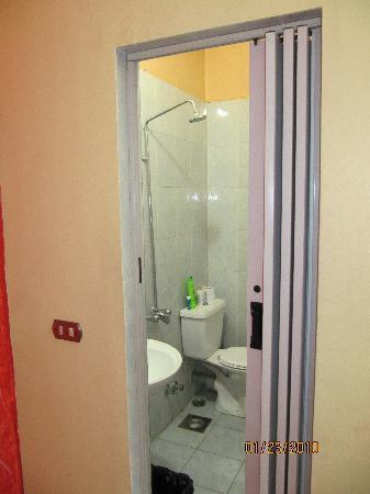 King Tut Hostel: Bathroom in our room