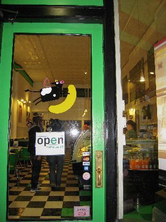 The Split Banana: 入口。牛のトレードマークがかわいい