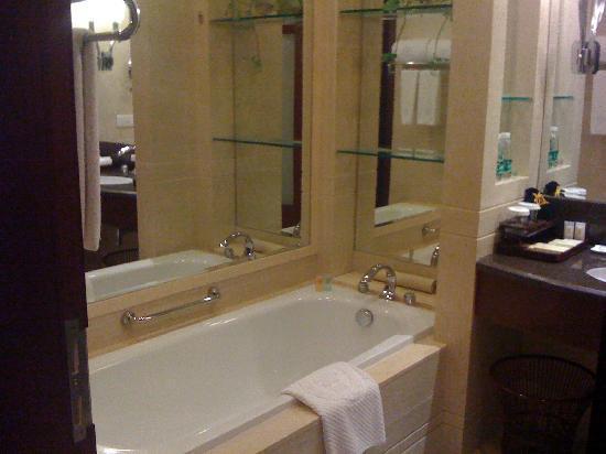 Golden Hotel : bathtub