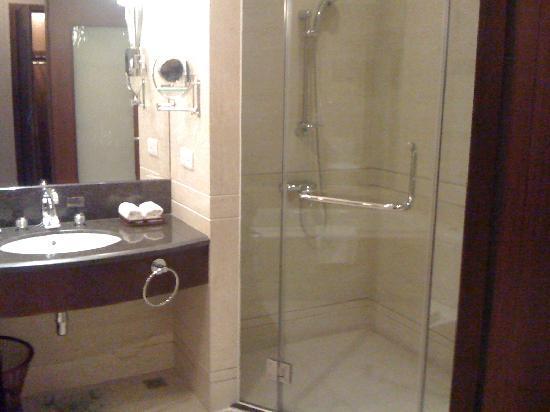 Golden Hotel : shower