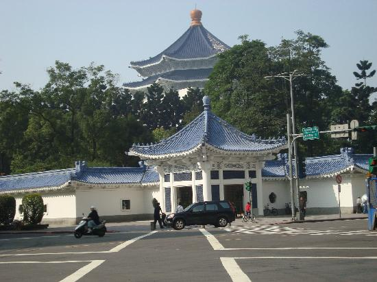 Hotel 73: 5min walk to Chiangkaishek memorial park