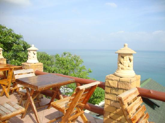 Phangan Utopia Resort: What else can you ask for? I spectacular view while having a breakfast!