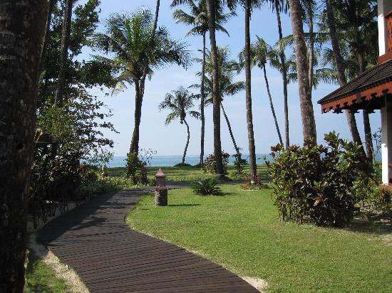 Amazing Ngapali Resort : Nice pathway to the beach