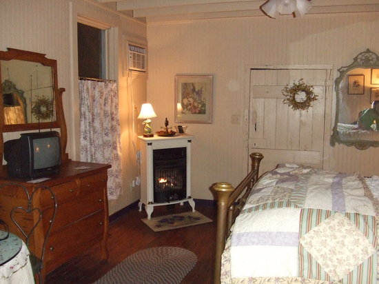 Mulberry Lavender Farm and B&B: the bedroom in the cottage