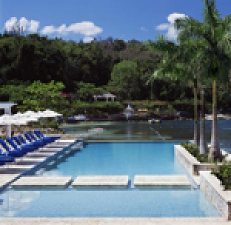 Round Hill Hotel & Villas: Double-Edge Infinity Pool
