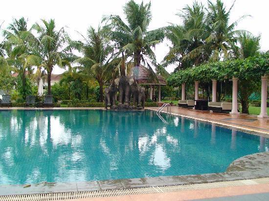 ري هوتل: The hotel's pool