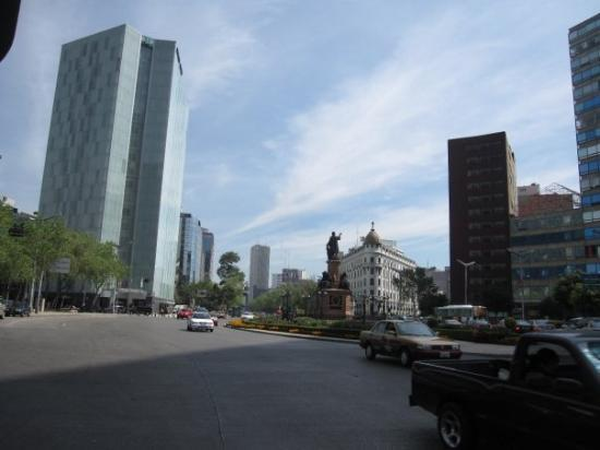 Le Meridien Mexico City: Our hotel, the Embassy Suites, is conveniently located on la Reforma boulevard.