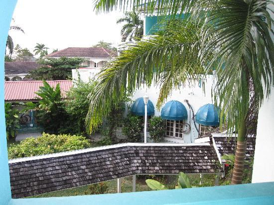 Doctors Cave Beach Hotel : Another view of street from room