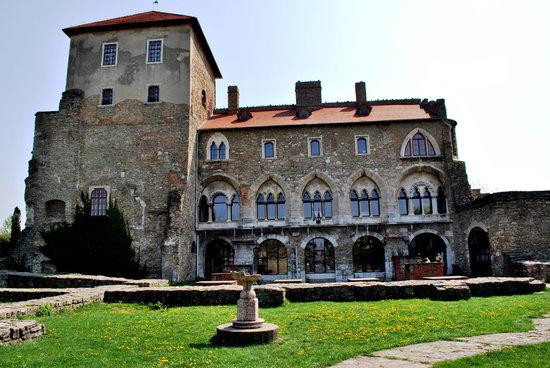 Platán Restaurant & Café: The castle next door....