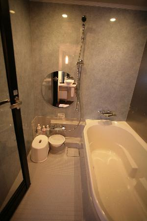Cross Hotel Osaka: Shower Space