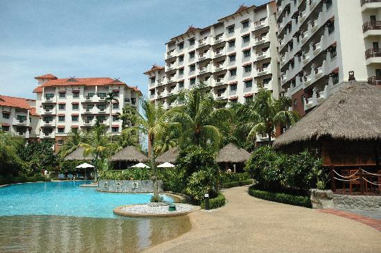 Holiday Inn Resort Batam: Central pool area