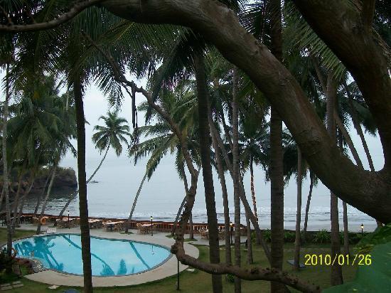 Prainha Resort: pool and sea beyond
