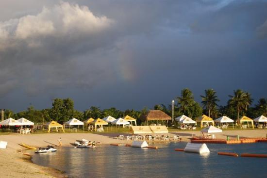 Naga, Filipina: Rainbow at Lago Del Rey