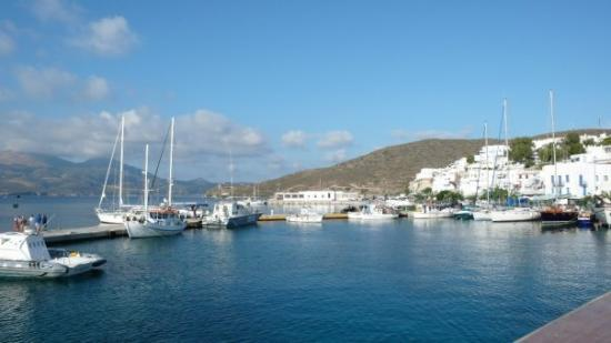 Milos by, Grækenland: Milos harbour. Believe me, if you have a chance to visit Cyclades, Milos is an absolute destinat