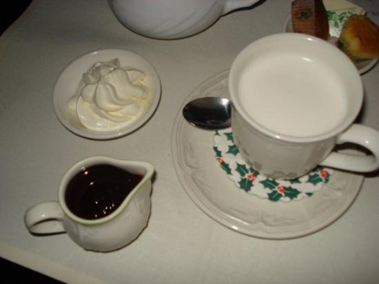 "Verdi: Брюгге  Горячий шоколад ""Собери сам"": в горячее молоко наливаете шоколад, сверху кладёте сливк"